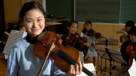 Sayaka Shoji with students of the Toho Gakuen School in Tokyo