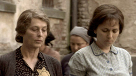 Hannah Senesh (Meri Roth) and her mother Catherine (Marcela Nohnkov)