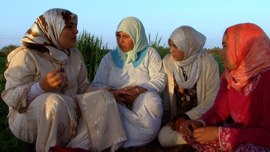 Bouchra meets Rachida, a local woman who works in the field and her friend who needs advice on her daughter's unhappy marriage.