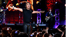 Arnel Pineda performs with Journey in Manila.