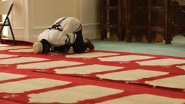 Aden Kabir Edow prays in mosque